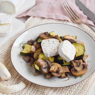 Warmer Ziegenkäse mit Zucchini und Pilzen